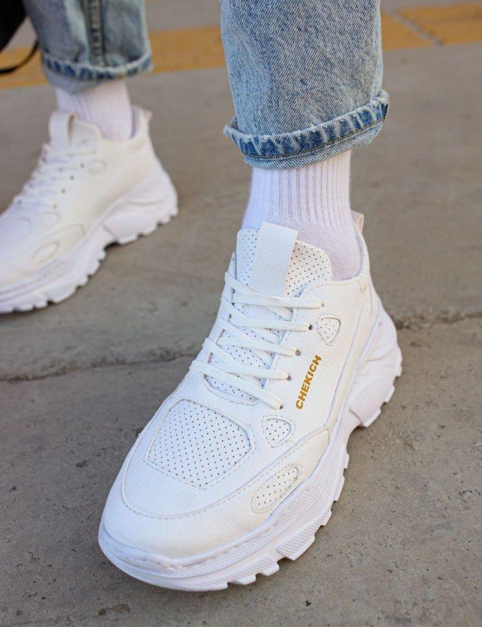 Συνδύασε ολόλευκα sneakers, με λευκές κάλτσες